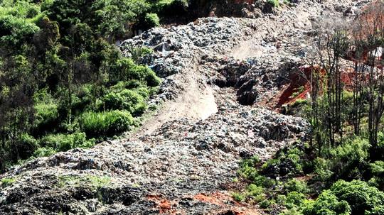 Núi rác Cam Ly Đà Lạt tiếp tục sạt lở, uy hiếp vườn người dân - Ảnh 2.