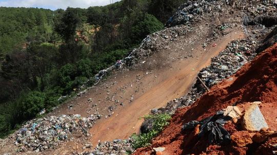 Núi rác Cam Ly Đà Lạt tiếp tục sạt lở, uy hiếp vườn người dân - Ảnh 3.
