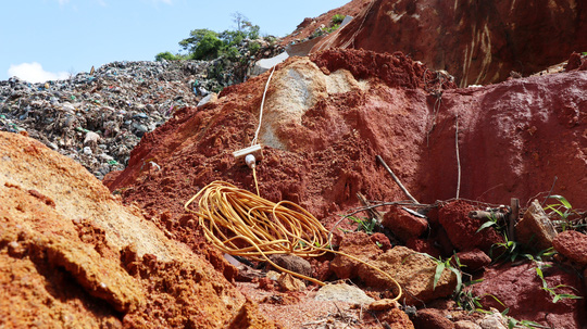 Núi rác Cam Ly Đà Lạt tiếp tục sạt lở, uy hiếp vườn người dân - Ảnh 11.
