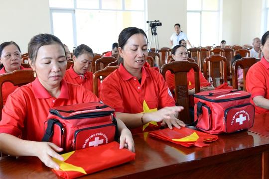 Ngư dân xứ Quảng hào hứng nhận cờ Tổ quốc từ Báo Người Lao Động - Ảnh 5.