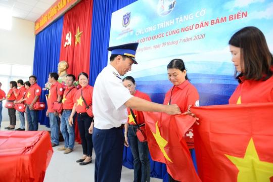 Ngư dân xứ Quảng hào hứng nhận cờ Tổ quốc từ Báo Người Lao Động - Ảnh 4.