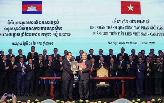 Việt Nam - Campuchia giao nhận bản đồ địa hình biên giới - Ảnh 1.