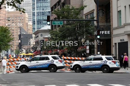 Mỹ: Hàng trăm người cướp bóc khu thương mại, cảnh sát phải nổ súng - Ảnh 2.