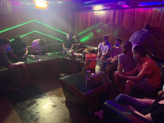 Đà Nẵng- Bình Định: Bắt quả tang quán karaoke hoạt động chui bất chấp lệnh cấm - Ảnh 4.
