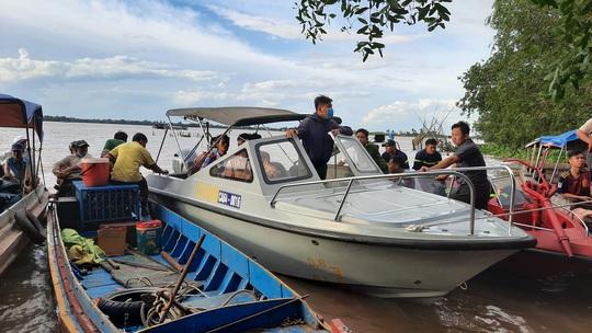 Bơi xuồng ra sông Tiền câu cá, 5 thanh thiếu niên gặp nạn - Ảnh 1.