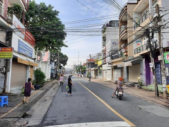 Đồng Nai lấy mẫu xét nghiệm người dân khu vực con đường bị phong tỏa - Ảnh 1.