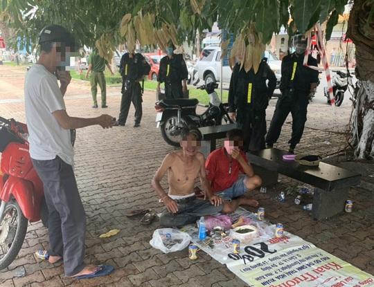 Đà Nẵng: Bất chấp lệnh giãn cách xã hội, nhóm người vẫn tụ tập ăn nhậu trong mùa dịch - Ảnh 1.