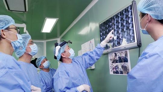 Xuyên trưa phẫu thuật trả dung mạo chàng trai mặt quỷ - Ảnh 6.