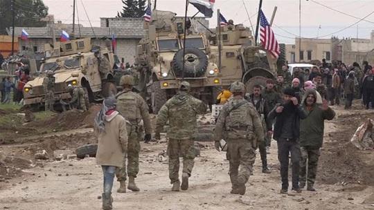 Hai trực thăng Mỹ tấn công trạm kiểm soát quân đội Syria - Ảnh 1.