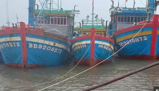 Cập cảng Đà Nẵng, được yêu cầu khai báo y tế nhưng nhiều thuyền viên vẫn tự ý rời tàu về quê - Ảnh 1.
