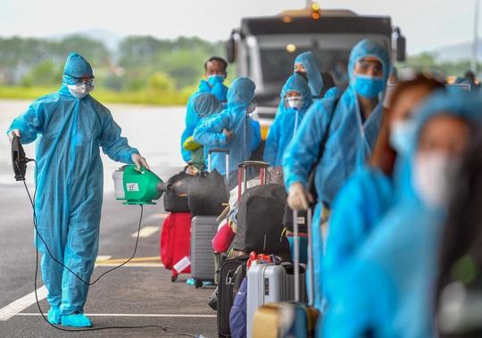 Hình ảnh Đoàn Văn Hậu về nước trên chuyến bay từ Pháp - Ảnh 9.