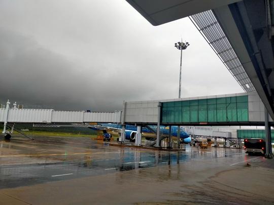 Hủy hàng chục chuyến bay do bão số 2 - Ảnh 1.
