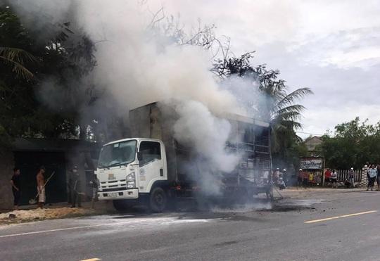 Quảng Bình: Xe tải bốc cháy, hàng chục chiếc xe đạp trên thùng bị thiêu rụi - Ảnh 1.