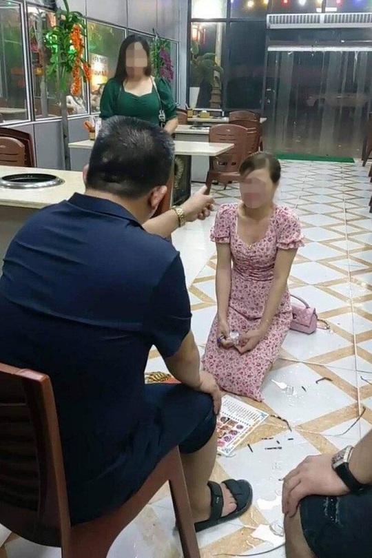 Bị chủ nhà hàng bắt quỳ và dùng dép đánh vào mặt, cô gái ngã ra sàn nhà bất tỉnh - Ảnh 1.