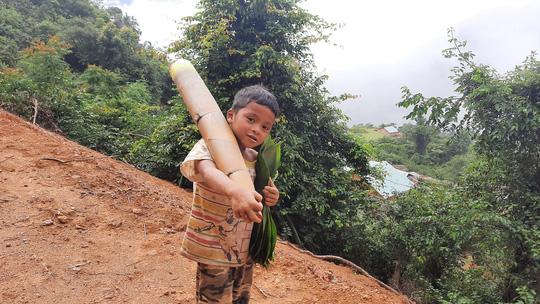Cậu bé vác măng rừng đi ủng hộ chống dịch nhận món quà bất ngờ - Ảnh 2.
