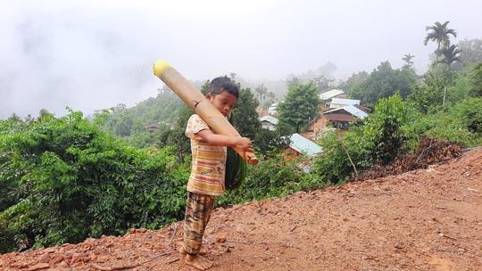 Cậu bé vác măng rừng đi ủng hộ chống dịch nhận món quà bất ngờ - Ảnh 1.