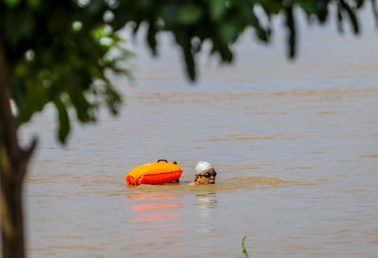 CLIP: Lạ lẫm bãi giữa sông Hồng những ngày nước ngập - Ảnh 15.