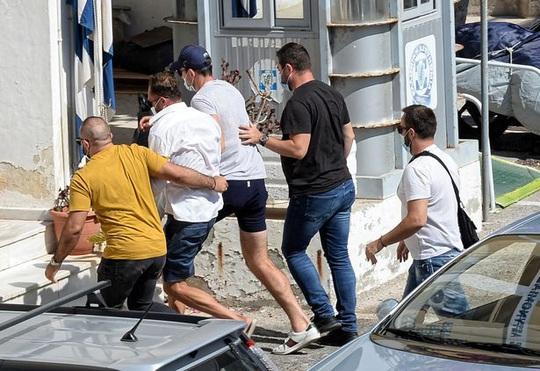 Đại chiến quán bar, Harry Maguire sa lưới cảnh sát Hy Lạp - Ảnh 7.