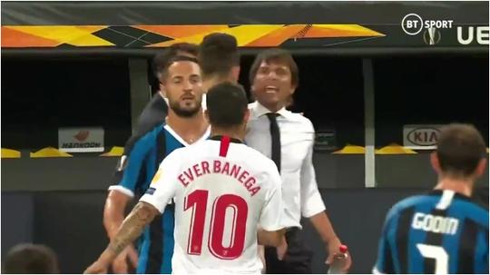 Bị chế giễu đội tóc giả, HLV Conte đòi ăn thua với tiền vệ Sevilla - Ảnh 1.