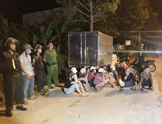 Cảnh sát bắt giữ nhiều chân dài cùng nhóm giang hồ mang hung khí đi hỗn chiến - Ảnh 1.