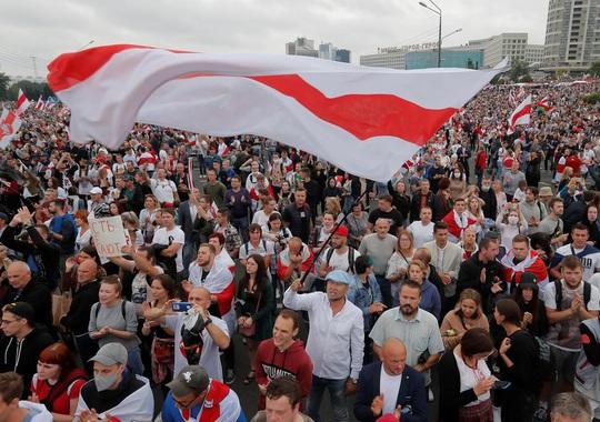 Xuất hiện clip tổng thống Belarus mặc đồ chống đạn, xách AK - Ảnh 6.