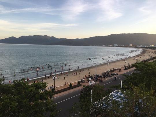 """Dùng """"phiếu thu tiền rác"""" để thu phí du khách vui chơi tại bãi biển Quy Nhơn - Ảnh 2."""