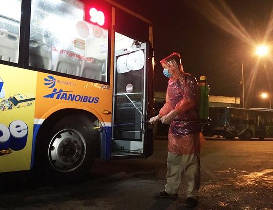 Cách ly ban giám đốc xí nghiệp xe buýt ở Hà Nội tiếp xúc với nhân viên nhiễm Covid-19 - Ảnh 1.