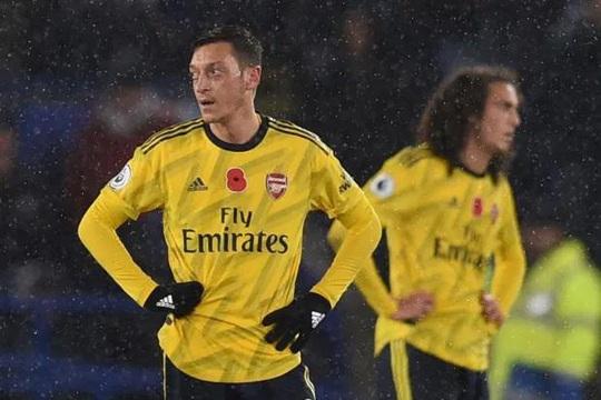 """Arsenal cắt giảm 55 nhân viên, CĐV """"hỏi tội"""" ngôi sao Mesut Ozil - Ảnh 1."""