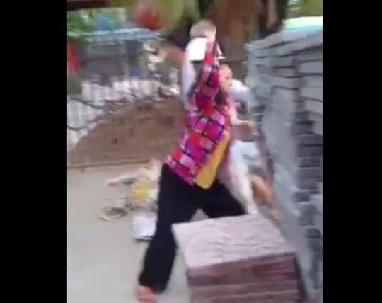 Bắt tạm giam 4 người cùng một gia đình, ném gạch đá vào Công an phường - Ảnh 2.