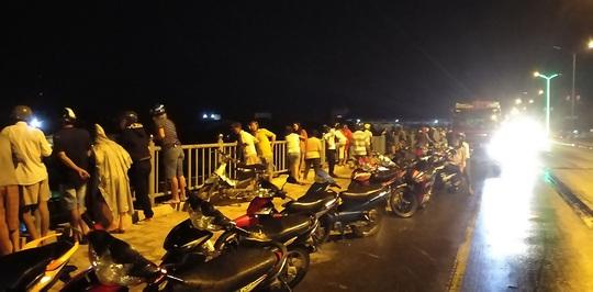 Tìm kiếm nam thanh niên bỏ lại xe máy, nhảy xuống sông Dinh tự tử - Ảnh 1.