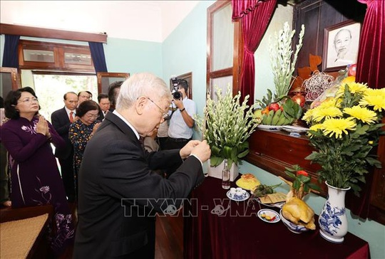Tổng Bí thư, Chủ tịch nước dâng hương tưởng niệm Chủ tịch Hồ Chí Minh tại Nhà 67 - Ảnh 1.