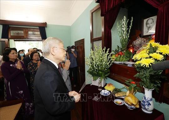 Tổng Bí thư, Chủ tịch nước dâng hương tưởng niệm Chủ tịch Hồ Chí Minh tại Nhà 67 - Ảnh 2.