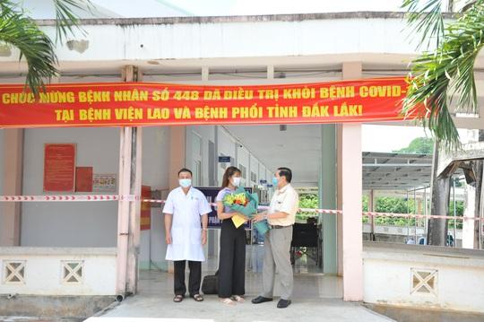 Nữ sinh viên 3 lần âm tính rồi dương tính SARS-CoV-2 được xuất viện - Ảnh 1.