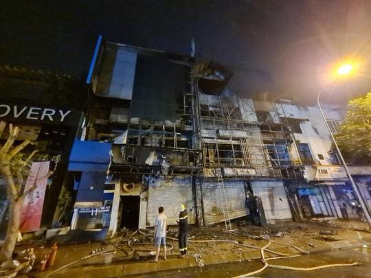 Điều tra vụ cháy chi nhánh ngân hàng và căn nhà liền kề ở quận Gò Vấp lúc 2 giờ sáng - Ảnh 1.