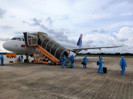 Sân bay Cần Thơ đón 2 chuyến bay chở 360 người Việt từ Singapore - Ảnh 4.