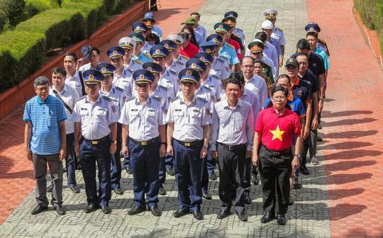 Một triệu lá cờ Tổ quốc cùng ngư dân bám biển đến với quân, dân đảo Bạch Long Vỹ anh hùng - Ảnh 2.
