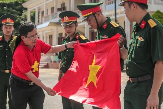 Một triệu lá cờ Tổ quốc cùng ngư dân bám biển đến với quân, dân đảo Bạch Long Vỹ anh hùng - Ảnh 7.