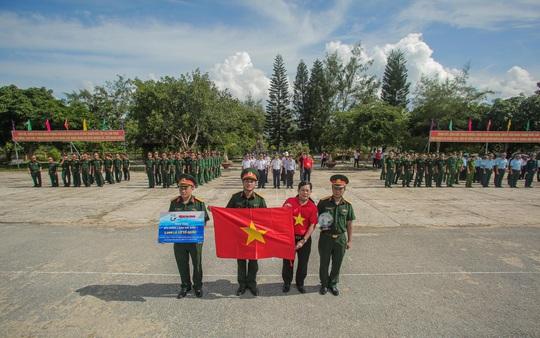 Một triệu lá cờ Tổ quốc cùng ngư dân bám biển đến với quân, dân đảo Bạch Long Vỹ anh hùng - Ảnh 6.