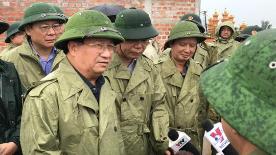Phó Thủ tướng Trịnh Đình Dũng kiểm tra phòng chống bão: Thời gian vàng hạn chế thấp nhất thiệt hại của dân - Ảnh 1.