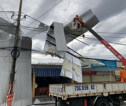 Căng mình khắc phục thiệt hại sau bão số 5 - Ảnh 1.