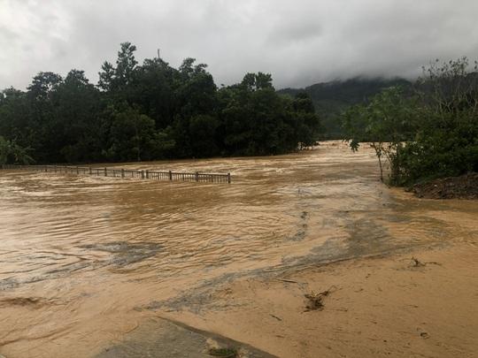 VIDEO: Thót tim cảnh giải cứu 9 người dân giữa dòng nước dữ ở Quảng Nam - Ảnh 9.
