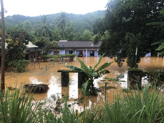 VIDEO: Thót tim cảnh giải cứu 9 người dân giữa dòng nước dữ ở Quảng Nam - Ảnh 8.