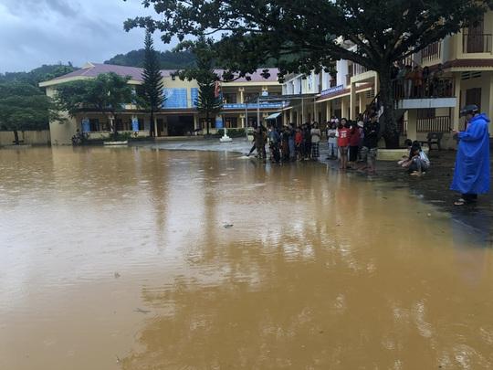 VIDEO: Thót tim cảnh giải cứu 9 người dân giữa dòng nước dữ ở Quảng Nam - Ảnh 7.