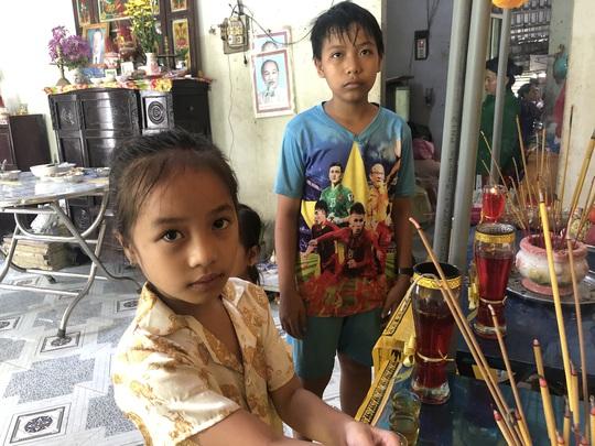 3 đứa trẻ không biết sống sao khi cùng lúc mất cả cha lẫn mẹ vì tai nạn giao thông - Ảnh 2.