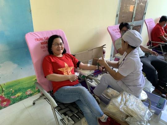 Đoàn viên tham gia hiến máu cứu người - Ảnh 1.