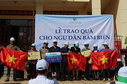 Trao tặng cờ Tổ quốc và quà đến ngư dân ở TP Vũng Tàu - Ảnh 2.