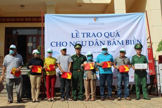 Trao tặng cờ Tổ quốc và quà đến ngư dân ở TP Vũng Tàu - Ảnh 1.