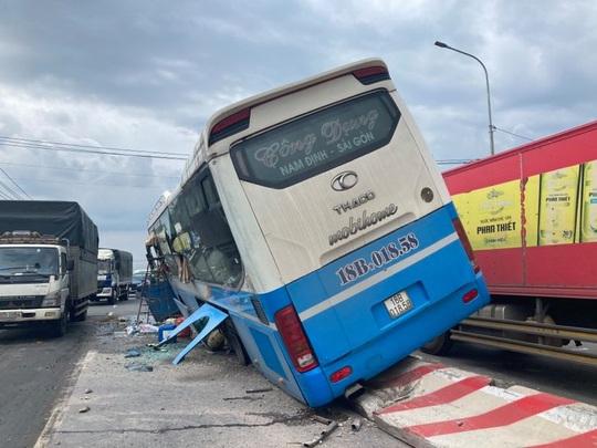 CLIP: Hành khách hoảng loạn chứng kiến xe khách tông chết người rồi chạy trên... dải phân cách - Ảnh 3.