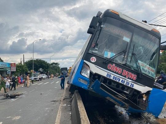 CLIP: Hành khách hoảng loạn chứng kiến xe khách tông chết người rồi chạy trên... dải phân cách - Ảnh 2.