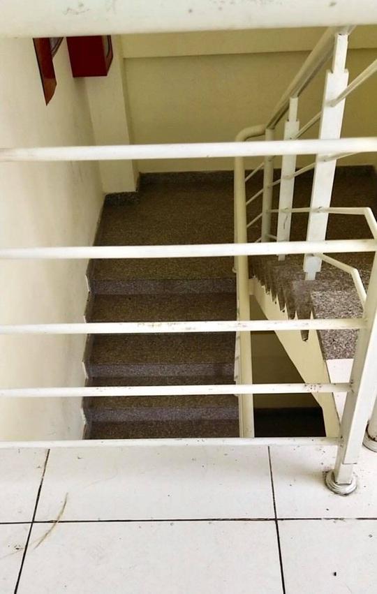 Bé trai 20 tháng tuổi rơi  khỏi lan can cầu thang tầng 3 chung cư - Ảnh 1.